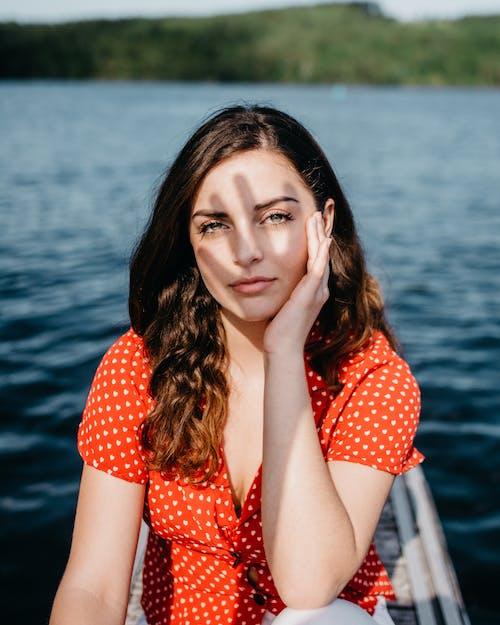 Фотография женщины, касающейся ее лица