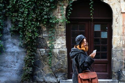 Foto d'estoc gratuïta de arquitectura, dona, edifici, mur de pedra