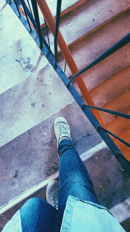 på vej ned, trapper