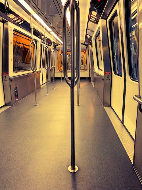 metro içeren Ücretsiz stok fotoğraf
