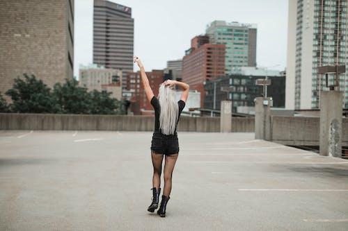 Immagine gratuita di acconciatura, braccia alzate, camminando, capelli lunghi