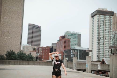 Základová fotografie zdarma na téma bezstarostný, blond, černá košile, chůze