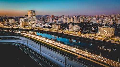 Photos gratuites de autoroute, bâtiments, centre-ville, citadin