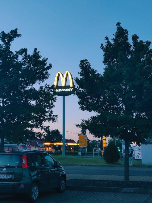 麥當勞附近停放的汽車的照片