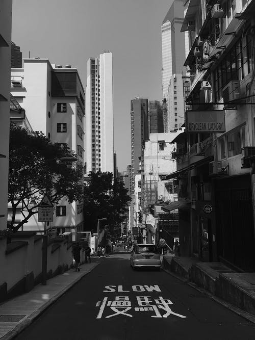 Δωρεάν στοκ φωτογραφιών με ασπρόμαυρο, αστικός, αυτοκίνητο, δρόμος