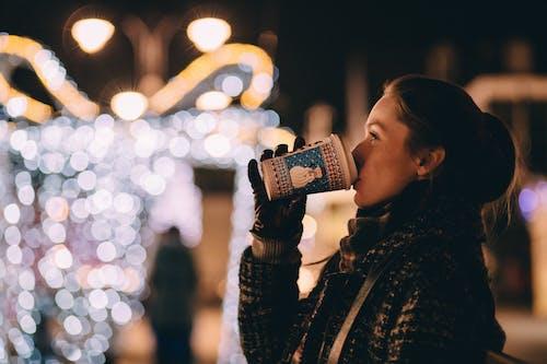 bir fincan kahve, bulanıklık, fluluk, ışıklar içeren Ücretsiz stok fotoğraf