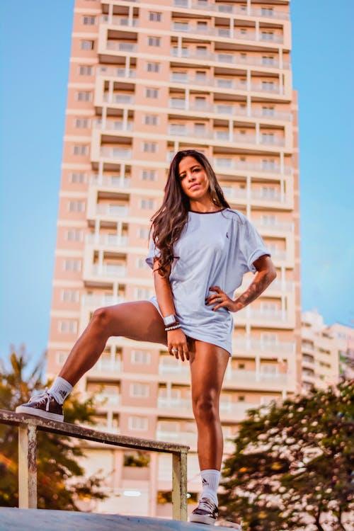 Foto profissional grátis de akimbo, boné, bonita, de pé
