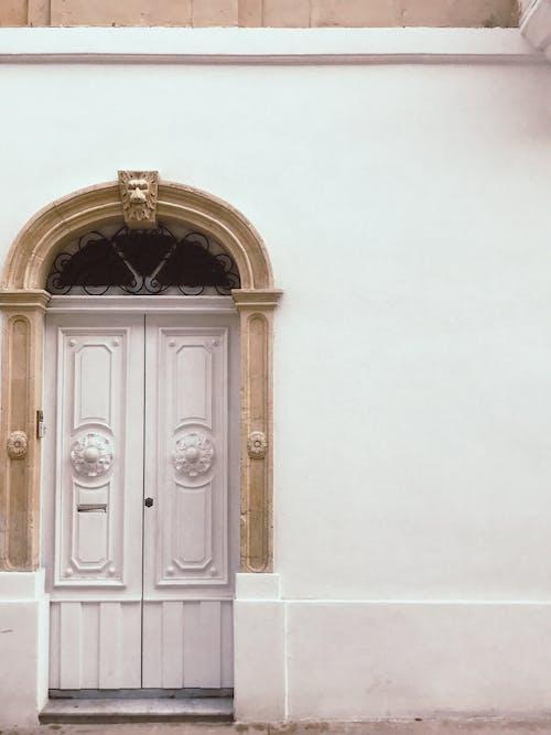 beyaz, beyaz kapı, eski kapı, kapı içeren Ücretsiz stok fotoğraf