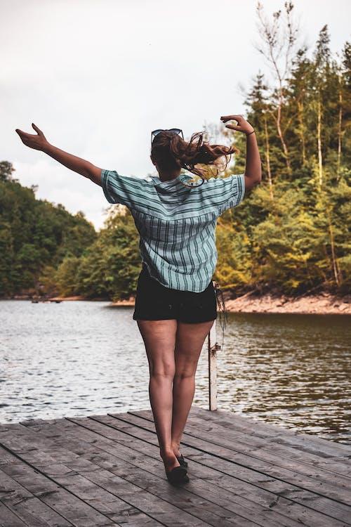 Foto profissional grátis de cais, lago, mulher, pessoa