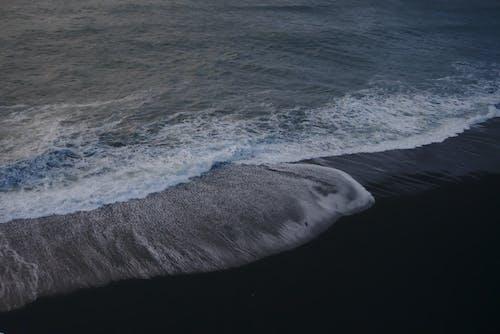 Fotos de stock gratuitas de agua, arena negra, calma, costa