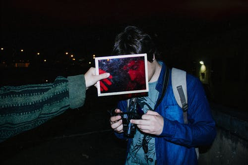 Foto profissional grátis de azul e vermelho, câmera, cena noturna, cidade da noite