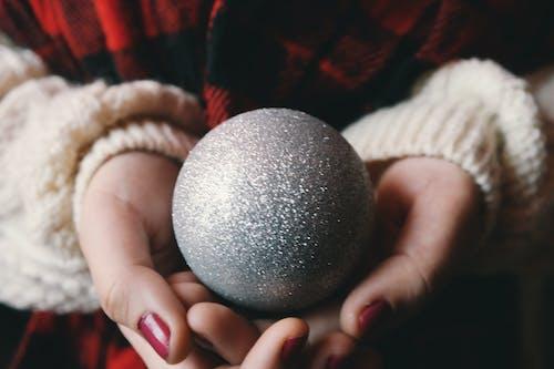 Immagine gratuita di decorazione natalizia, mani, natale, palla