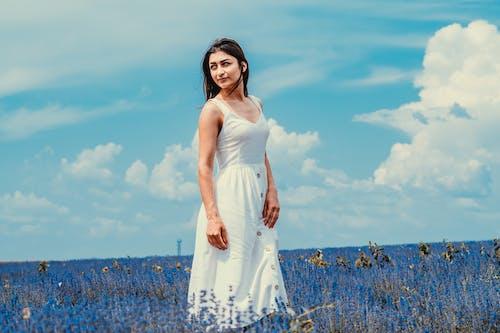 Immagine gratuita di bellissimo, campo, campo di fiori, donna