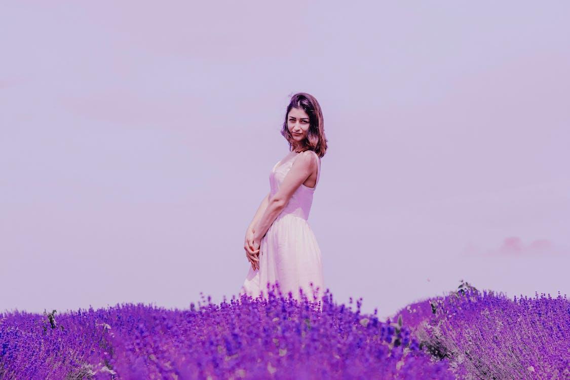 갈색 머리, 꽃, 꽃밭