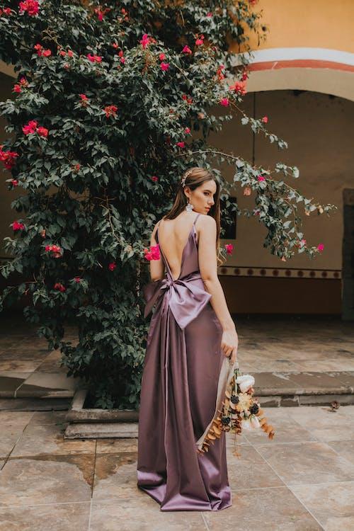 Foto stok gratis anggun, bergaya, bunga-bunga, di luar rumah