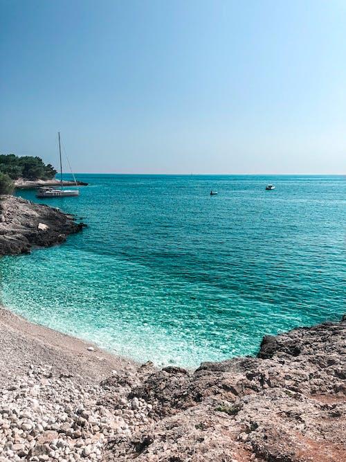 Δωρεάν στοκ φωτογραφιών με ακτή, άμμος, βάρκα, βράχια