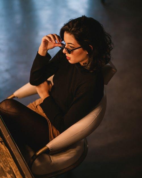 Wysoki Kąt Zdjęcie Kobiety Siedzącej Na Krześle