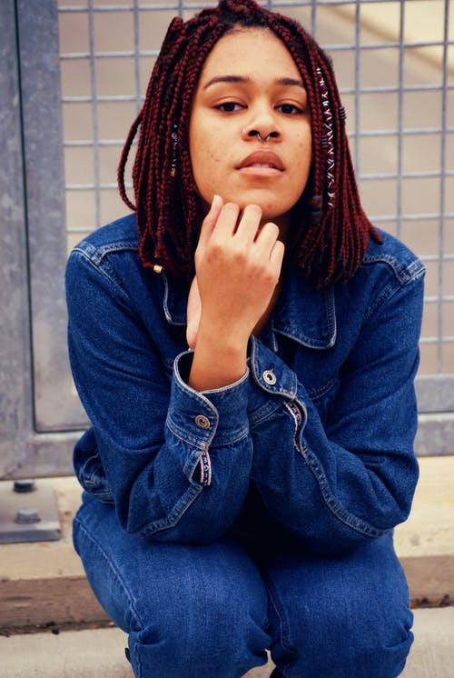 Foto d'estoc gratuïta de assegut, bonic, dona, dona africana