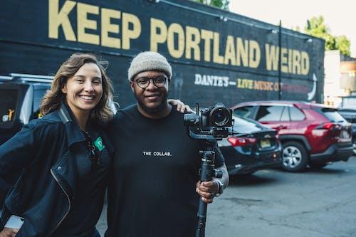 Gratis arkivbilde med afrikansk-amerikansk mann, biler, briller, dagslys