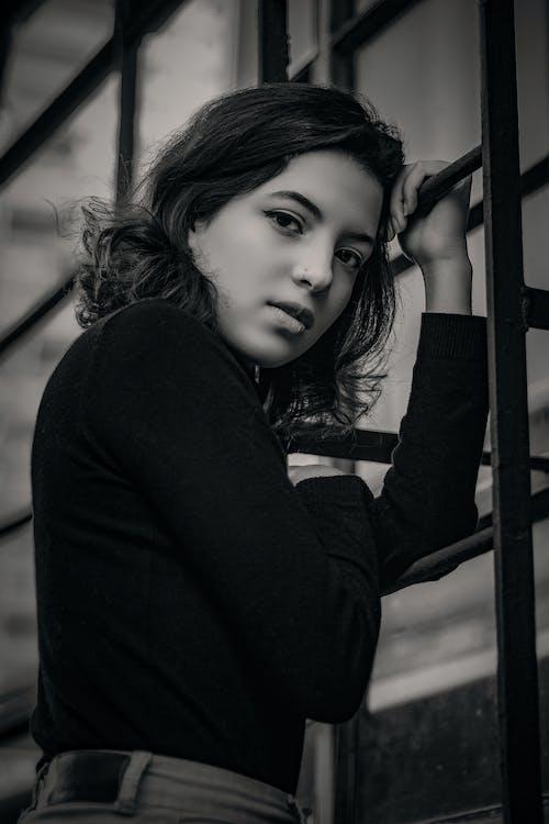 Foto stok gratis bagus, dalam ruangan, fashion, hitam & putih