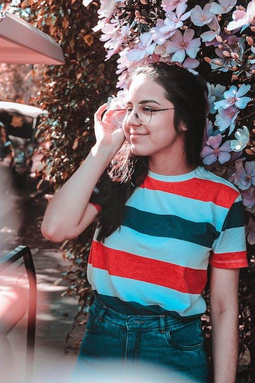 Fotobanka sbezplatnými fotkami na tému blúzka, bruneta, denné svetlo, dioptrické okuliare