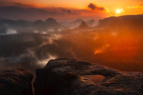 Foto profissional grátis de alvorecer, cênico, iluminado por trás, montanhas