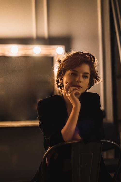 光, 咖啡色頭髮的女人, 哀思, 坐 的 免费素材照片