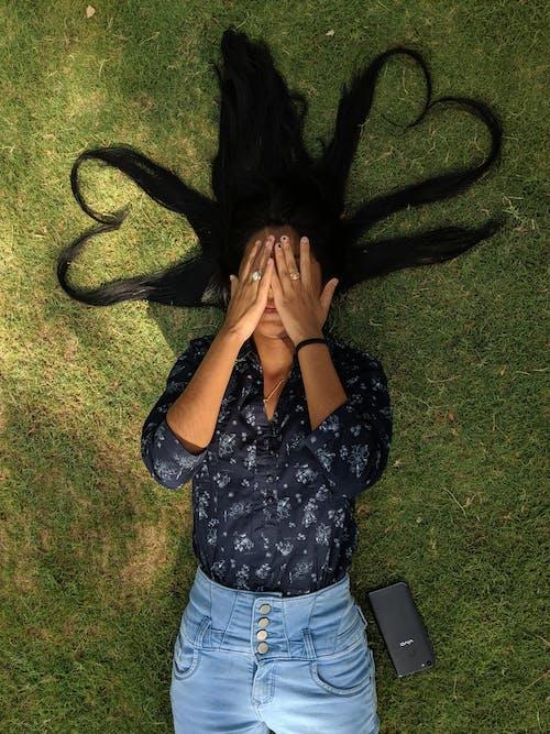 Immagine gratuita di abbigliamento casual, campo d'erba, capelli lunghi, capelli neri