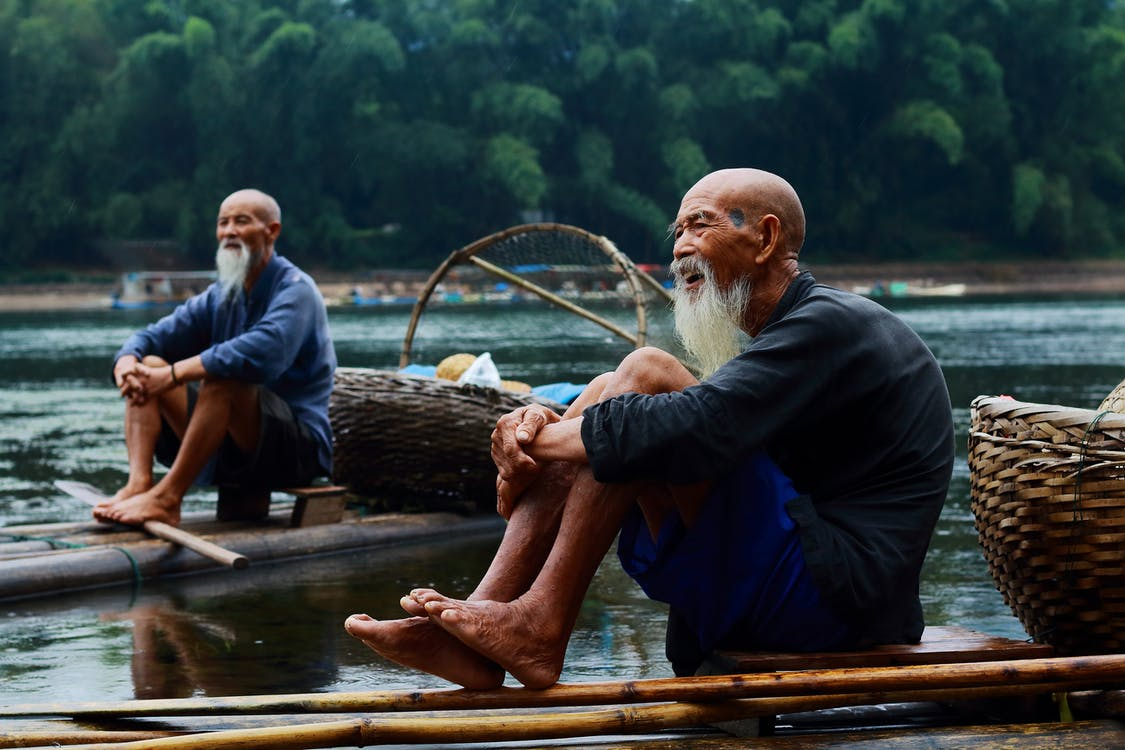Nehir Kıyısında Oturan İki Adam