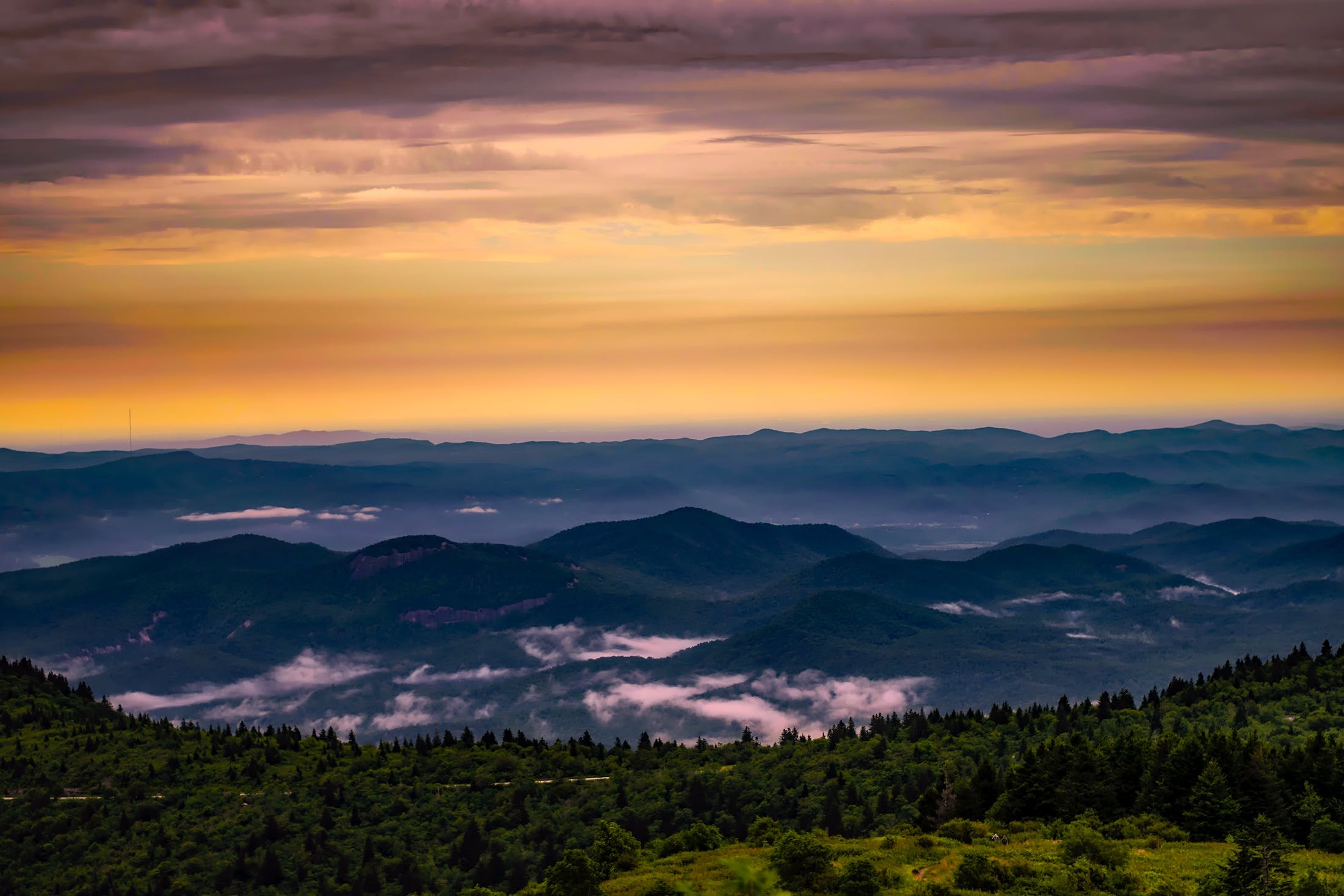 Kostenloses Stock Foto zu bäume, berge, bewölkt, dämmerung