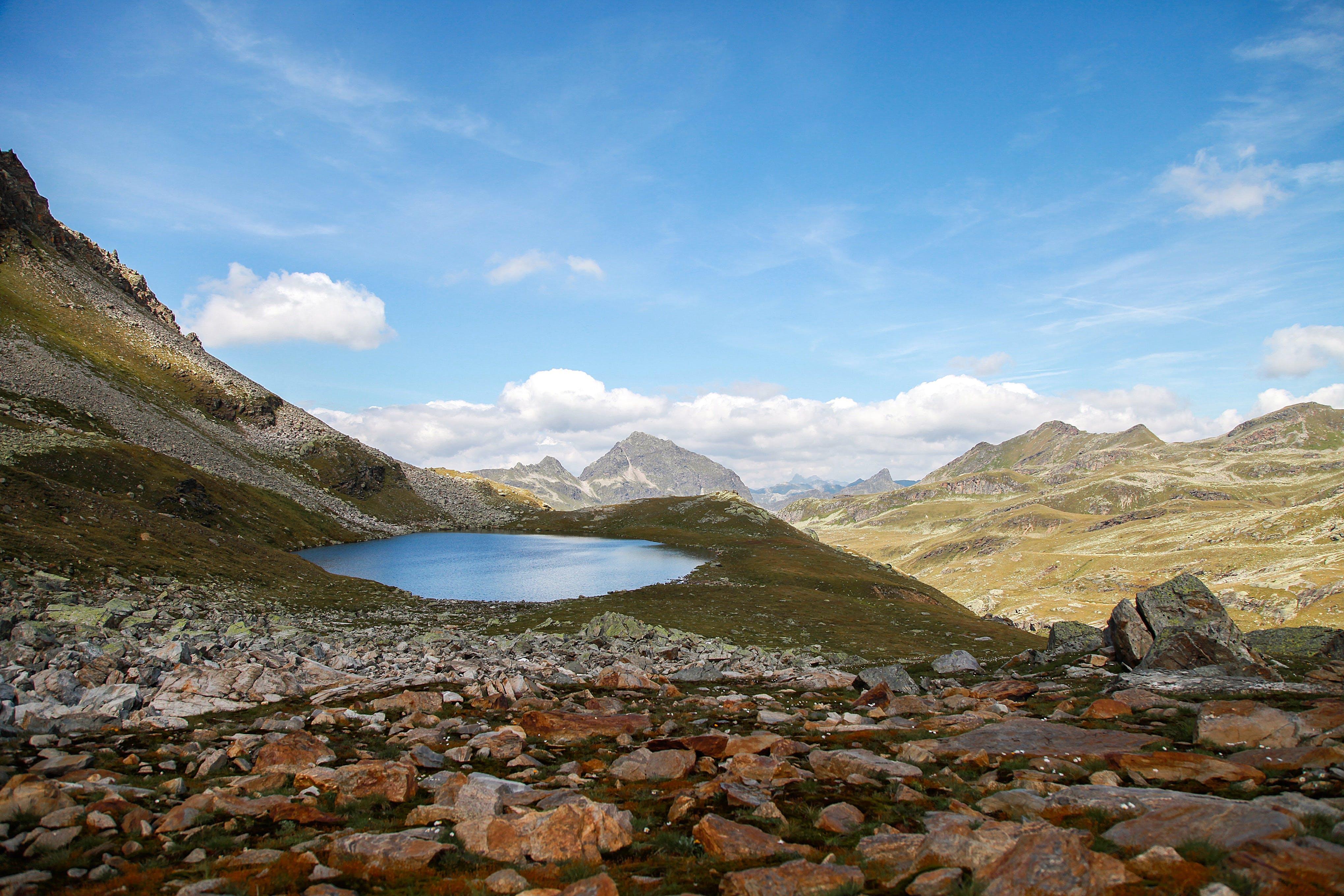 Foto stok gratis air, alam, awan, bukit