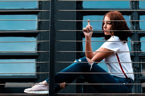 Безкоштовне стокове фото на тему «біла сорочка, брюнетка, вид збоку, жінка»