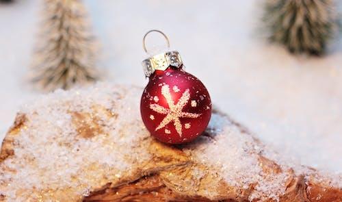 Gratis arkivbilde med frost, jul, juledekorasjon, julekule
