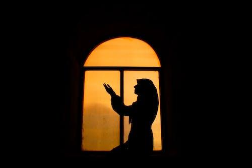 Foto stok gratis bayangan hitam, cahaya, cewek, dalam ruangan