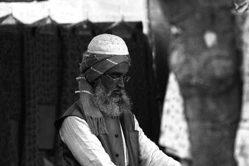 Photo Monochrome D'un Homme Portant Un Turban