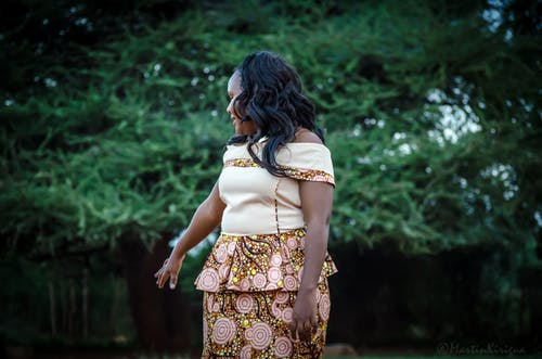 Δωρεάν στοκ φωτογραφιών με αφρικανική αμερικανική κυρία, αφρικανικό φόρεμα, κοιτάζω πίσω, μαλλί