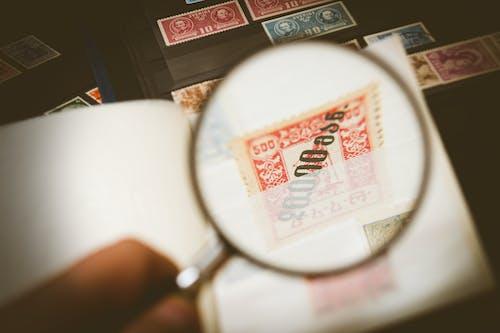 Gratis arkivbilde med detalj, forstørrelse, forstørrelsesglass, frimerke