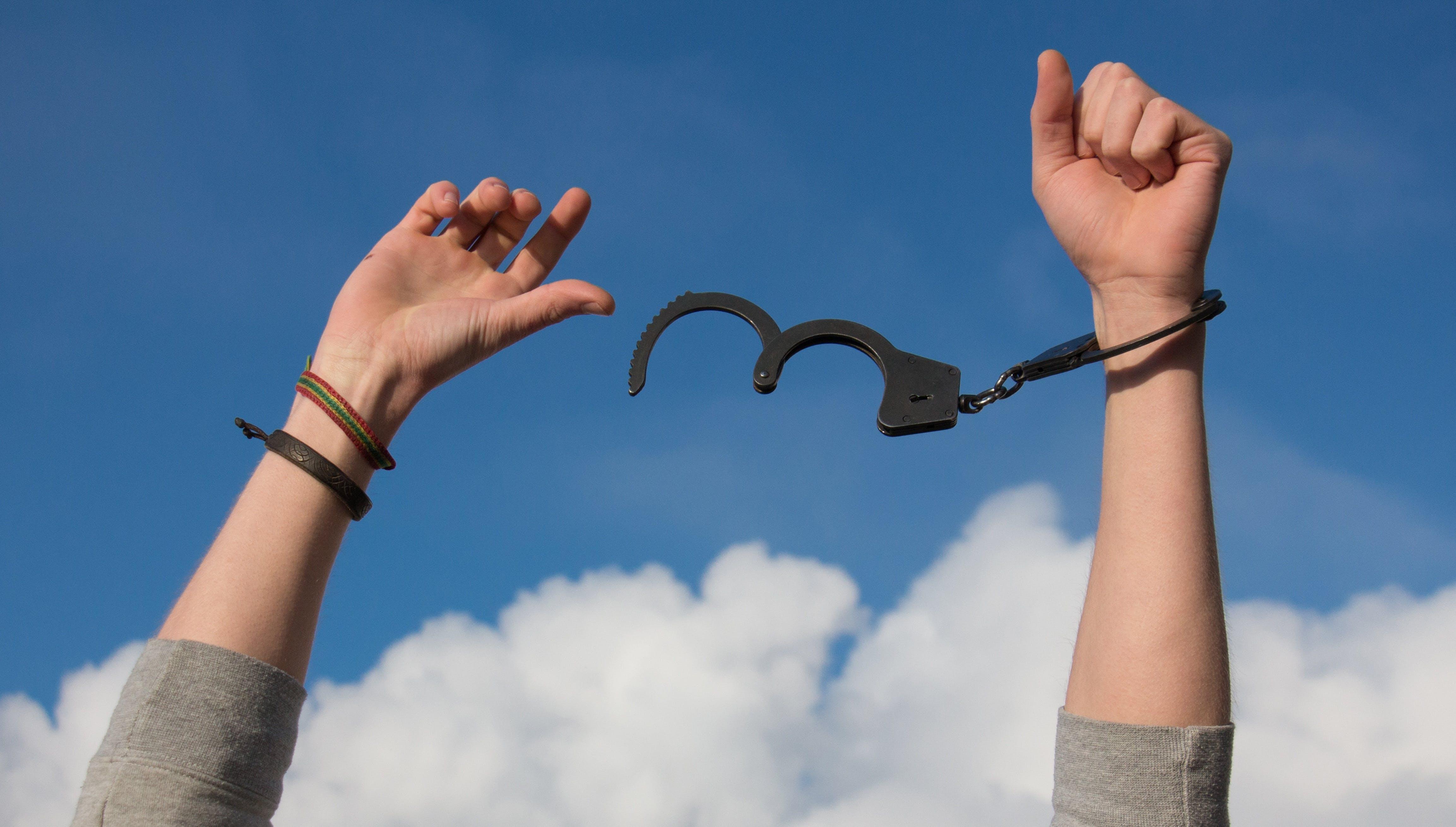 Kostenloses Stock Foto zu himmel, hände, freiheit, handschellen