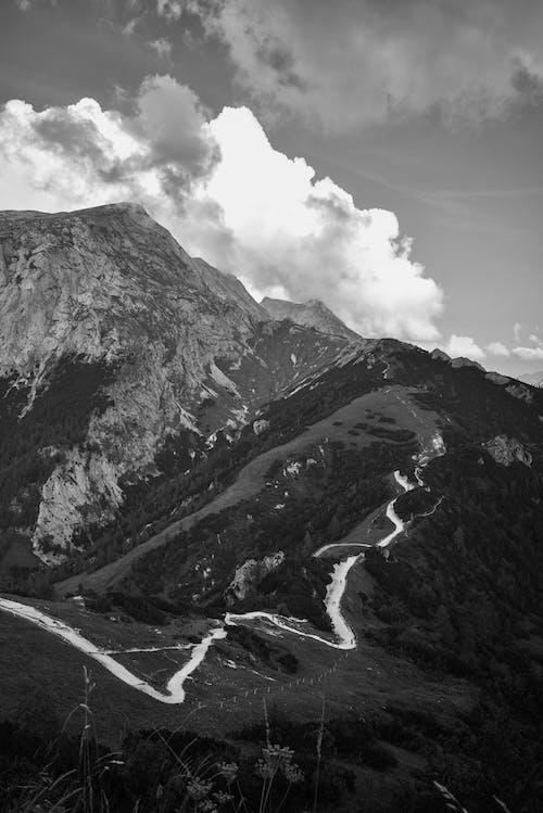 Foto Monocromática De Montaña