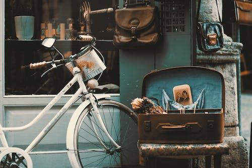 Бесплатное стоковое фото с Антиквариат, багаж, велосипед, дневной свет