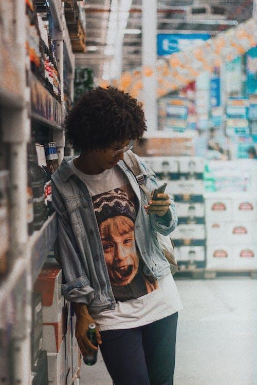 Afrikalı kadın, afrikalı-amerikalı kadın, akıllı telefon, alışveriş yapmak içeren Ücretsiz stok fotoğraf