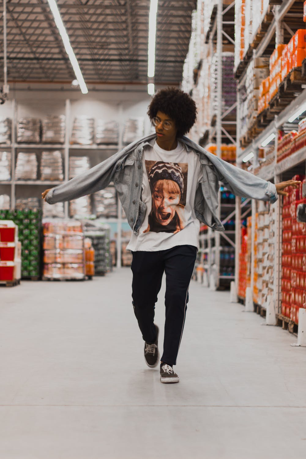 Man walking down the supermarket aisle. | Photo: Pexels