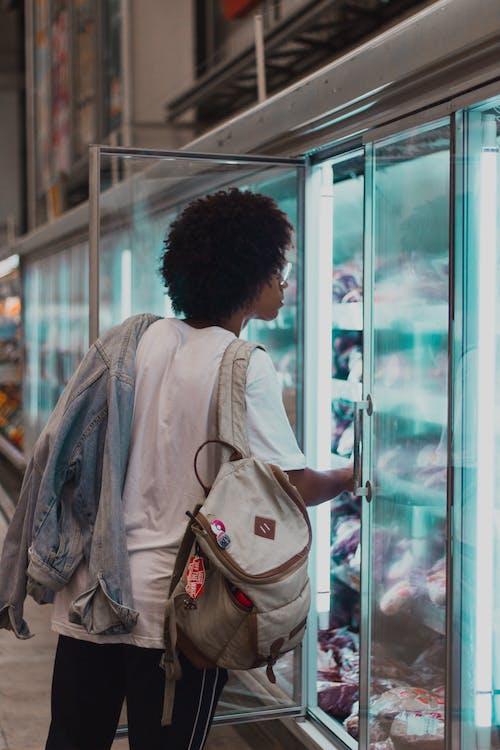 Foto d'estoc gratuïta de botiga de queviures, home, mercat, nevera