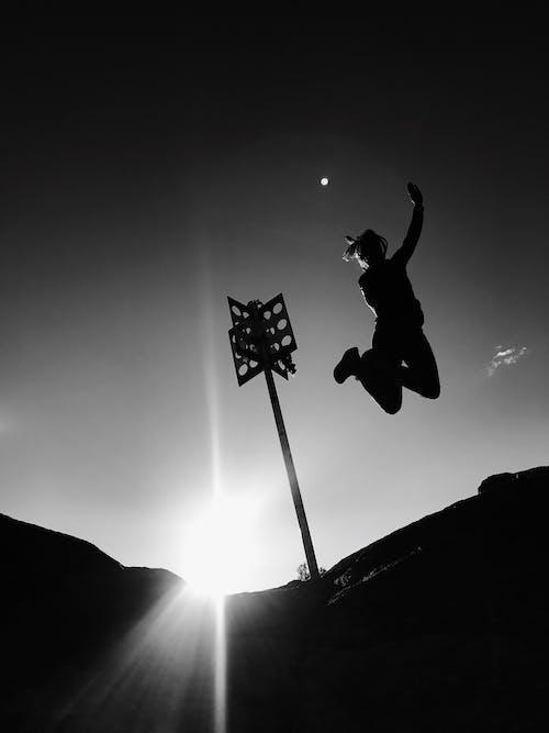 Foto profissional grátis de iluminado por trás, P&B, pessoa, silhueta