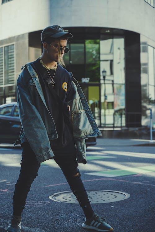 Foto d'estoc gratuïta de adult, calçat esportiu, carrer, carretera