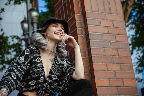 Foto profissional grátis de alegre, bonita, cabelo prateado, chapéu de balde