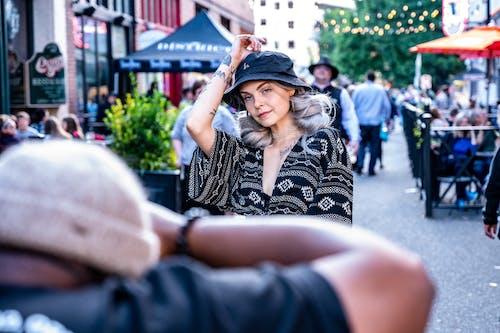 Darmowe zdjęcie z galerii z czarny kapelusz, kobieta, moda, model