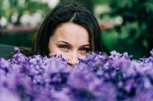 Kostenloses Stock Foto zu blumen, flora, frau, grazil