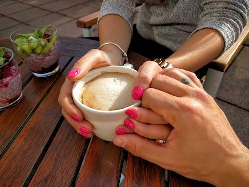 Fotobanka sbezplatnými fotkami na tému cappuccino, držanie za ruky, dvojica, jedlo