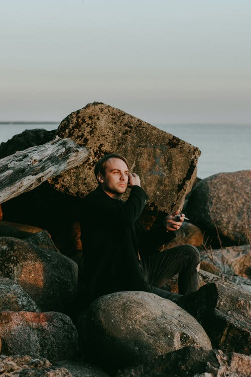 açık hava, adam, aşınmış kaya, denge içeren Ücretsiz stok fotoğraf